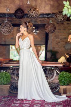 Super feminino e sofisticado, é perfeitopara noivas que buscam a elegância na simplicidade. O Scarlett é um verdadeiro coringa se adapta a qualquer cerimônia, pode ser usado ao ar livre, na praia com rasteirinhas ou pés na areia e também à noite com acessórios luxuosos e make acentuada.