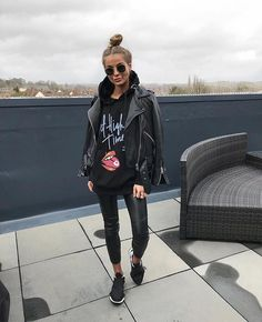 Süßes lässiges Outfit in ganz Schwarz. Sweet casual outfit in all black. 20 casual black and white Casual Black and casual black jeans fal All Black Outfits For Women, Black And White Outfit, All Black Outfit Casual, Dress Casual, Casual Wear, Black Women, Mode Outfits, Fall Outfits, Fashion Outfits