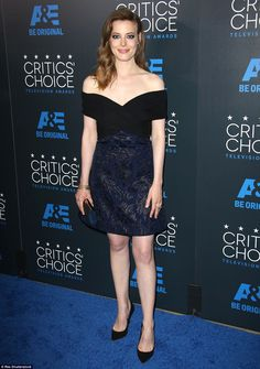 Maggie Gyllenhaal, Jaime Pressly, and Angie Harmon display PLENTY of front in strapless gowns on the Critics' Choice TV Awards red carpet Gillian Jacob, Maggie Gyllenhaal, Beautiful Female Celebrities, Tv Awards, Critics Choice, Strapless Gown, Selfie, Black And Navy, Girl Pictures