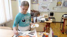 Venäläiskouluissa on tapana järjestää erilaisia kursseja lapsille varsinaisen koulupäivän jälkeen. Ajatuksena on, ettei lasten tarvitse olla yksin kotona ja lisäksi he oppivat uutta. Moskovalainen koulu menee vielä pidemmälle ja pitää ovensa auki lapsille ympäri vuoden.