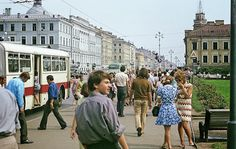 vintage everyday: Color Photos of Leningrad in 1972// early 70s fashions in Leningrad
