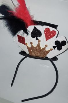 Tiara Naipes Cartola no Casino Party Decorations, Casino Theme Parties, Party Themes, Group Halloween Costumes, Halloween Crafts, Disney Halloween, Homemade Headbands, Queen Of Hearts Costume, Red Queen Costume