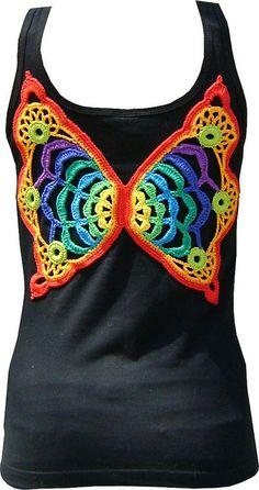 Camiseta com aplique de borboleta em crochet by Colorido Eclético - por Cristina Vasconcellos, via Flickr