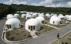 """Iglus in den Tropen: Diese etwa 70 Kuppelhäuser stehen im indonesischen Dorf Sumberharjo nahe Yogyakarta. Sie wurden gebaut von der Organisation """"Domes for the World"""" für die Bewohner, die bei einem Erdbeben ihre Häuser verloren."""