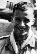 """Leutnant PAUL GALLAND (17 victorias en 107 misiones). Paul Galland era el más joven de los hermanos Galland. Se unió al JG 26 en feb/1941. Fue asignado a 8./JG 26. El 31/oct/1942 fue derribado por un Spitfire (Fw 190 A-4 (WNr 2402) """"Black )"""