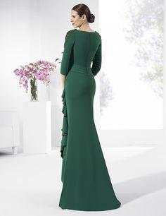 Vestido de fiesta largo de crep color verde botella.