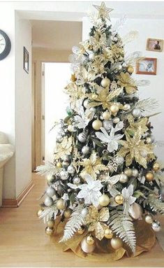 100 White Christmas Decor Ideas Which are Effortlessly Elegant & Luxurious - Hike n Dip Here are best White Christmas Decor ideas. From White Christmas Tree decor to Table top trees to Alternative trees to Christmas home decor in White & Silver Christmas Tree Flowers, Elegant Christmas Trees, Christmas Tree Design, Gold Christmas Tree, Christmas Tree Themes, Christmas Home, Christmas Wreaths, Vintage Christmas, Champagne Christmas Tree