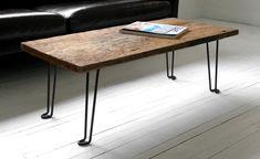 Acheter une planche de bois et des pattes en métal un peu funky. Assembler le tout. Avoir une table à café simple et kickass.