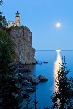 ***Blue Moon (Split Rock Lighthouse State Park, north shore of Lake Superior, Minnesota) by Sam Abair 🇺🇸 Illinois, Places Around The World, Around The Worlds, Split Rock Lighthouse, Lighthouse Pictures, Am Meer, North Shore, Strand, The Great Outdoors