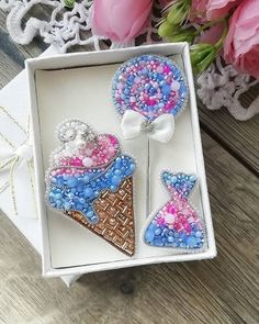HANDMADE БРОШИ▪️Тюмень (@erokhina_studio) • Фото и видео в Instagram Christmas Ornament Crafts, Brooches Handmade, Embroidery Jewelry, Halloween Gifts, Decorative Boxes, Beads, Sewing, Frame, Ice Cream