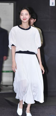 Actress Kim Go-eun dressed to impress for her live chat appearance for Tune in For Love. Korean Actresses, Korean Actors, Kim Go Eun, Lee Min Ho, Korean Beauty, Formal Wear, Minimalist Fashion, Dress To Impress, Lace Skirt