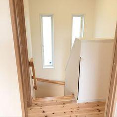 3LDKで、家族の、壁/天井/APW330/YKKap/腰壁/集成材階段/集成材についてのインテリア実例。 「階段手すりは集成材。...」 (2018-10-15 06:27:05に共有されました) Diy Furniture, Oversized Mirror, Two By Two, Stairs, Windows, Inspiration, Design, Home Decor, Under Stairs