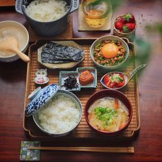 Yesterday's brunch: Baked rice, miso soup, nori seaweed, Natto w/ egg and chives, pickled plum. Japanese Dinner, Japanese Food, Asian Recipes, Healthy Recipes, Exotic Food, Morning Food, Food Presentation, Food Design, Kaori