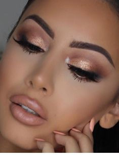 40 Shimmery Eyeshadow Look-Ideen - - Makeup İdea. 40 Shimmery Eyeshadow Look-Ideen - - Makeup İdeas Graduation - Prom Makeup Looks, Wedding Hair And Makeup, Pretty Makeup, Natural Makeup For Prom, Simple Prom Makeup, Prom Makeup For Brown Eyes, Prom Eye Makeup, Gold Makeup Looks, Pin Up Makeup