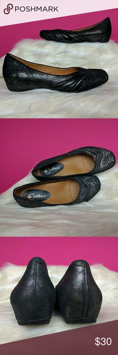 Earthies size 7 leather flats These comfortable wear all day flats are by Earthies. The uppers are a black supple leather with silver metallic throughout. They are size 7 in excellent condition. Earthies Shoes Flats & Loafers
