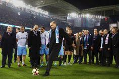 Le président turc frappe donne le coup d'envoi d'un match amical après l'inauguration du stade Akyazi, sur l'île artificielle de Trabzon (mer Noire).