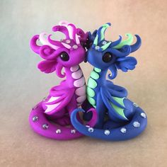 Really cute complimentary colour dragons \( ^-^)/ Polymer Clay Kunst, Polymer Clay Dragon, Polymer Clay Kawaii, Polymer Clay Figures, Polymer Clay Animals, Polymer Clay Charms, Clay Projects, Clay Crafts, Diy Fimo