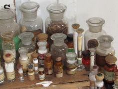 Afkomstig uit een prachtige verzameling oude/antieke Apothekers/medicijn/laboratoriumflessen- en potten.Met inhoud en het oude originele etiket HERBA CANNABIS. Geen garantie m.b.t.
