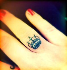 Tatuagem de Coroa |  Dedo Minimalista Feminina