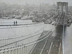 1883 a New York. La costruzione del ponte di Brooklyn.