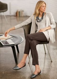 Casual and comfy work outfits inspiration with flats (7)