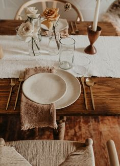 Natural Boho Tablescape - Loot Rentals - Austin, Texas This neutral tablescape is perfect for the minimalist boho bride! Wedding Table Settings, Vintage Table Settings, Everyday Table Settings, Round Table Settings, Setting Table, Beautiful Table Settings, Place Settings, Thanksgiving Table Settings, Table Set Up