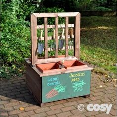 MORELAND DOUBLE SIDER Another great space saving planter. With two different sides, the children can grow a variety of different plants. Write their plants' names so they don't forget.