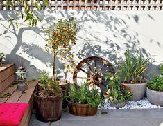 """Com 4,50 x 8 m, o jardim pega sol até o fm da tarde, permitindo a presença de árvores frutíferas como jambolão, minirromãs e laranjinhas-kinkan – todas plantadas em vasos pela equipe da Malu Paisagismo. """"Nós nos sentimos integrados ao espaço, e não coadjuvantes de um cenário"""", conta, feliz, a moradora."""