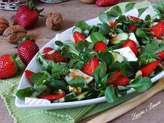 Questa semplice insalata con le fragole è un vero piatto unico, fresco, leggero, colorato ed estremamente invitante ed appetitoso.