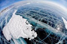 Le gigantesque lac Baïkal en Sibérie - Le lac Baïkal en Sibérie est l'une des plus grandes étendues d'eau douce du monde. Avec plus de 600 km de long, ce lac gigantesque est aussi l'un des plus purs. Pendant l'hiver, sa surface se fige jusqu'à permettre le passage d'engins et de voitures. Au printemps, avec la fonte des glaces, la surface se fissure faisant apparaître ces lignes de casse.