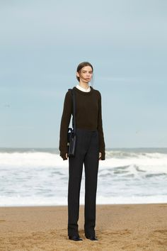 2. Rb sweater in yak wool, pointed-collar shirt in silk twill, straight pants in thornproof wool, small briefcase and wedge sandals in leather