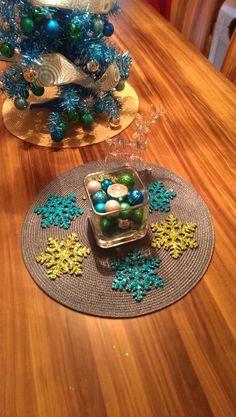 Centre de table de Noël aux couleurs thème Tree Skirts, Christmas Tree, Holiday Decor, Home Decor, Christmas Tabletop, Colors, Teal Christmas Tree, Homemade Home Decor, Xmas Trees