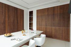 Éloge de l'épure et du minimalisme, cette cuisine, baptisée fort à-propos « Invisible », apparaît et disparaît à discrétion. Sur simple…
