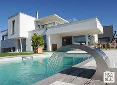 La lame d'eau en inox Piscinelle se fond entièrement dans le design contemporain de cette maison.