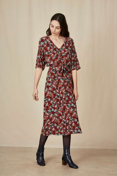 Robe edel roseberry - viscose - made in china dress - des petits hauts Robes Vintage, What To Wear, Dressing, Short Sleeves, Short Sleeve Dresses, Chic, My Style, Casual, Work Clothes