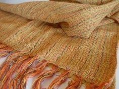 Xale para sofá produzido com fio de algodão em teares de Minas Gerais, com franjas manuais nas extremidades (1,15m x 1,80m). Por R$ 44,00 em nossa loja virtual