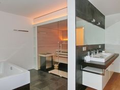 Glas-Sauna - Außenansicht mit Waschtisch und Badewanne