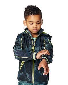 Die Kinder-Jacke Bob von Noppies wird Jungen jeden Alters besonders durch das tolle Camouflage-Muster begeistern. Mit neonfarbenem Mesh-Futter, Eingrifftaschen mit Neon-Details und einer Kapuze mit Marken-Print. Der grelle Reißverschluss ist mit einem Stopper versehen und die Ärmel haben breite Jerseybündchen, die für einen optimalen Sitz sorgen. Angenehm zu tragende Jacke für coole Boys. Aus einem hochwertig verarbeitetem Material gefertigt.