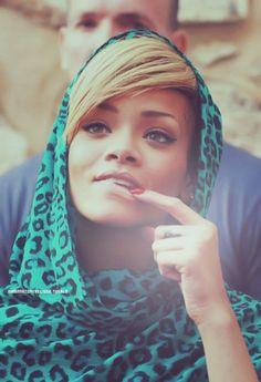 Rihanna With Hijab Rihanna. RiRi #Rihanna, #Riri, #pinsland, https://apps.facebook.com/yangutu