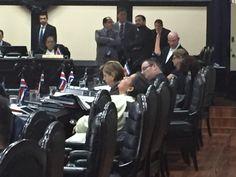 Diputados molestos o dormidos mientras Otto Guevara habla sin parar