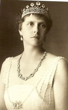 Princess Alice of Battenburg tiara--broken up and used to make other jewels for Princess Elizabeth when she married Prince Phillip. Believed to make up the Battenburg Button or Daisy Tiara. Royal Crowns, Royal Tiaras, Tiaras And Crowns, Prince Philip Mother, Prince Andrew, Alice Von Battenberg, Greek Royalty, Greek Royal Family, Prins Philip