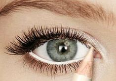 7 absolute make-up tips voor grotere ogen Red Eyeliner, Pencil Eyeliner, White Eyeliner Waterline, Makeup For Small Eyes, Eyeliner For Small Eyes, Eyeshadow For Blue Eyes, Large Eyes, Big Eyes, Eye Makeup Tips