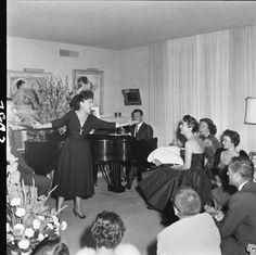 Ethel Mermon singing to Joan Crawford. Ethel Merman, Ziegfeld Girls, Men Are Men, Original Movie Posters, Classic Actresses, Fade To Black, Joan Crawford, Love Movie, Best Actress