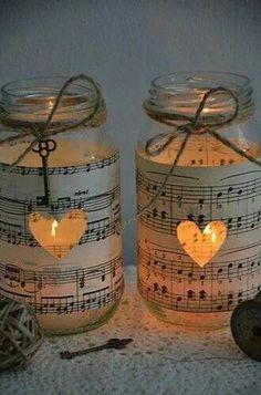 Originales tarros portavelas forrados con partituras.