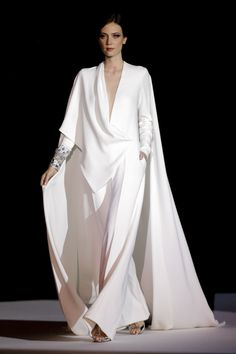 Stephane Rolland Couture SS 2018 …OMG, imagine this in bridal fabric that fit … Stephane Rolland Couture SS 2018 …OMG, imagine this in bridal fabric that fit the wedding theme. Stay within the budget when recreating. Fashion 2018, Live Fashion, Fashion Show, Fashion Design, Fashion Details, Fashion Fashion, Fashion News, Stephane Rolland, Couture Fashion