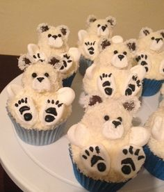 Polar Bear Cupcakes - creative cupcakes … just in case the decorating ideas run out … (Fall Recipes Sweets) - Christmas Cupcakes, Christmas Desserts, Christmas Treats, Christmas Baking, Animal Cupcakes, Fun Cupcakes, Cupcake Cookies, Teddy Bear Cupcakes, Fete Marie