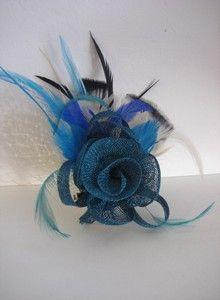 Tocado flor azul con plumas