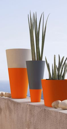 If you use Rust-Oleum spray paint to upcycle your flower pots or plant containers, you can use it on almost any material. Just make sure the pots are clean and dry and give them a light sanding before you apply the spray paint. Cement Art, Concrete Art, Concrete Planters, Balcony Planters, Tiny Balcony, Small Terrace, Balcony Design, Balcony Ideas, Painted Plant Pots
