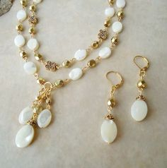 This stunning double-strand necklace combines luminous antique white mother of p… - Pearl Jewelry Pearl Jewelry, Wire Jewelry, Jewelry Sets, Beaded Jewelry, Jewelry Necklaces, Handmade Jewelry, Jewelry Making, Jewellery Box, Craft Jewelry