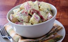 Why not make a flavorful red potato salad recipe the next time you crave this creamy feast? Potato salad is a delicious and satisfying side . Brunch, Healthy Snacks, Healthy Eating, Healthy Recipes, Dairy Recipes, Healthy Life, Mini Hamburgers, Creamy Potato Salad, Lunch Boxe